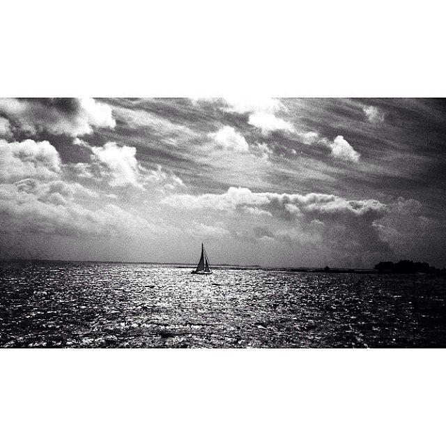 A lonely boat #boat #sea #mer #bateau