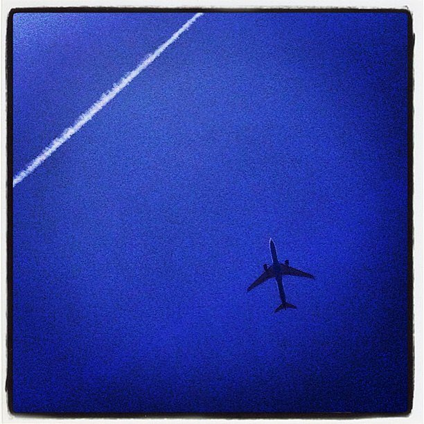 I want to be in this plane. Direction Caribbean islands or L.A. or N.Y.C. #plane #sky #dream