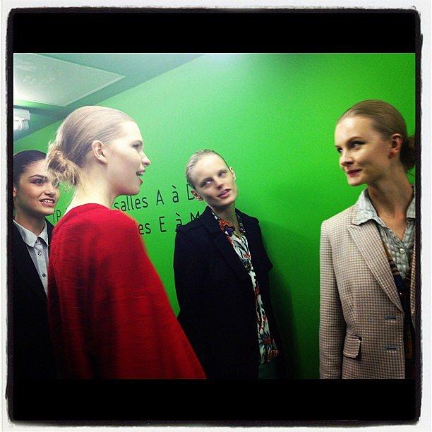 Girls talking - Kenzo - #pfw